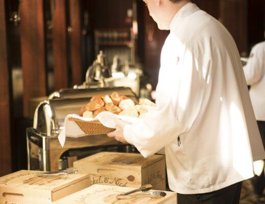obsługa kelnerska w restauracja - kelner wykonuje swoje obowiązki profesjonalnie