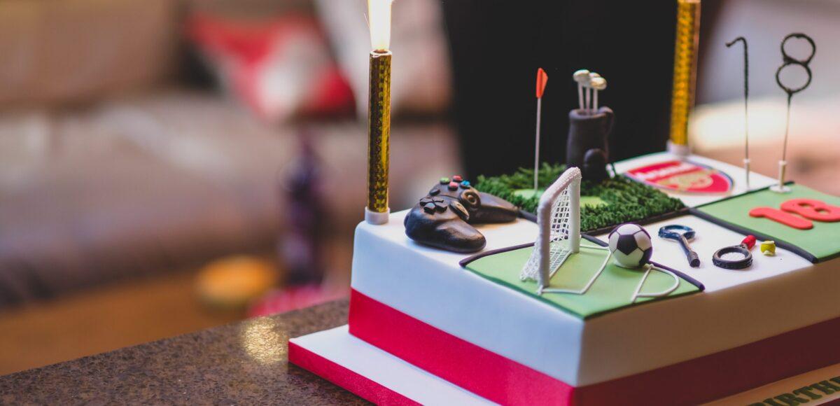 Tort urodzinowy w kształcie rzeczy, które lubi najbardziej młody chłopiec